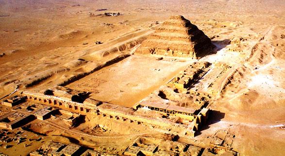 Complejo funerario de Djoser visto desde el aire, construido por Imhotep