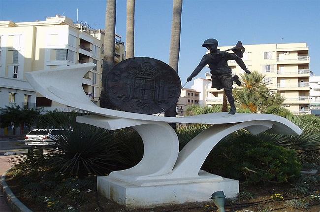 Monumento a la peseta en Estepona Málaga