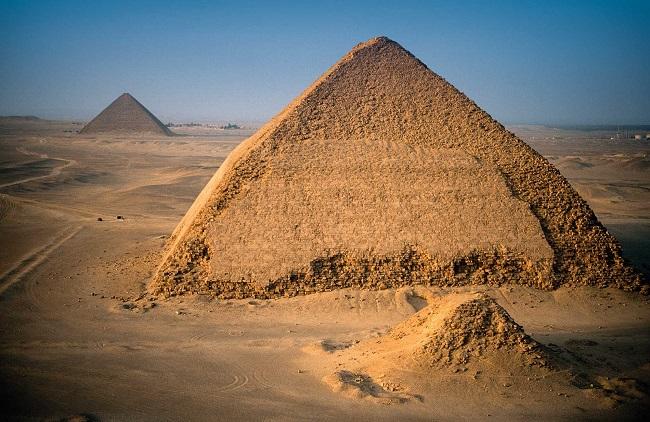 Fotografía de la Pirámide Romboidal en primer plano y Pirámide Roja al fondo, de la IV Dinastía egipcia