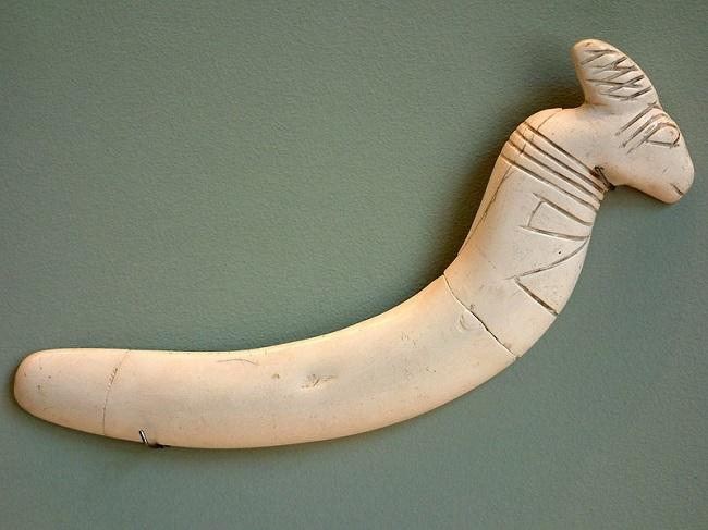 Instrumento de marfil datado de la cultura de Maadi Buto, en el predinástico egipcio