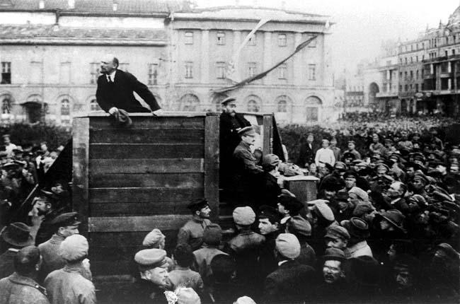 Lenin, protagonista de la obra de Victor Sebestyen, dirigiendo una arenga a las tropas que se disponían a partir al frente en 1920