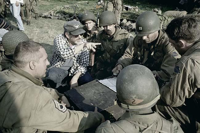 El director Steven Spielberg dando instrucciones durante el rodaje de Salvar al soldado Ryan (Fuente: IMDb)