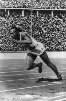 Jesse Owens iniciando una carrera en Berlín 1936.