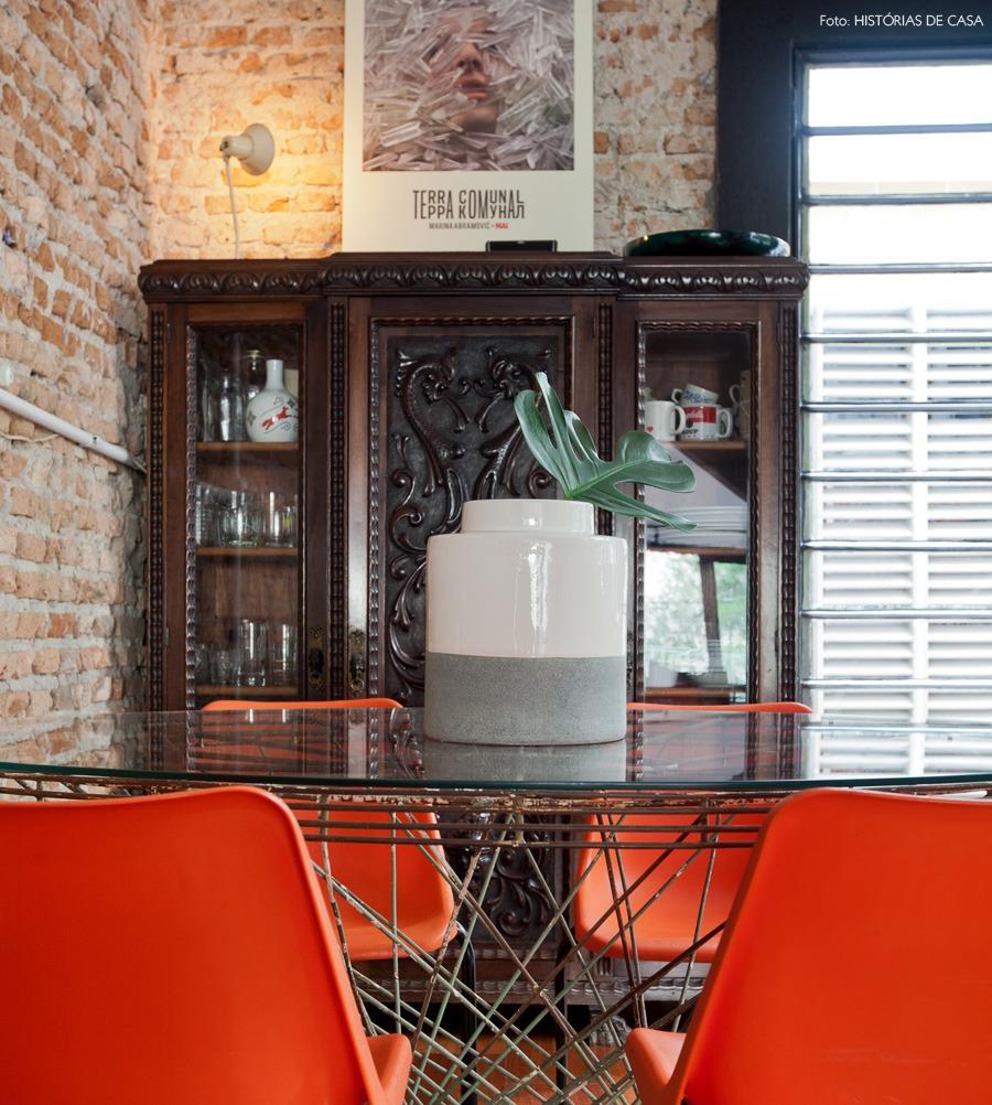 18-decoracao-cozinha-armario-antigo-cadeira-colorida