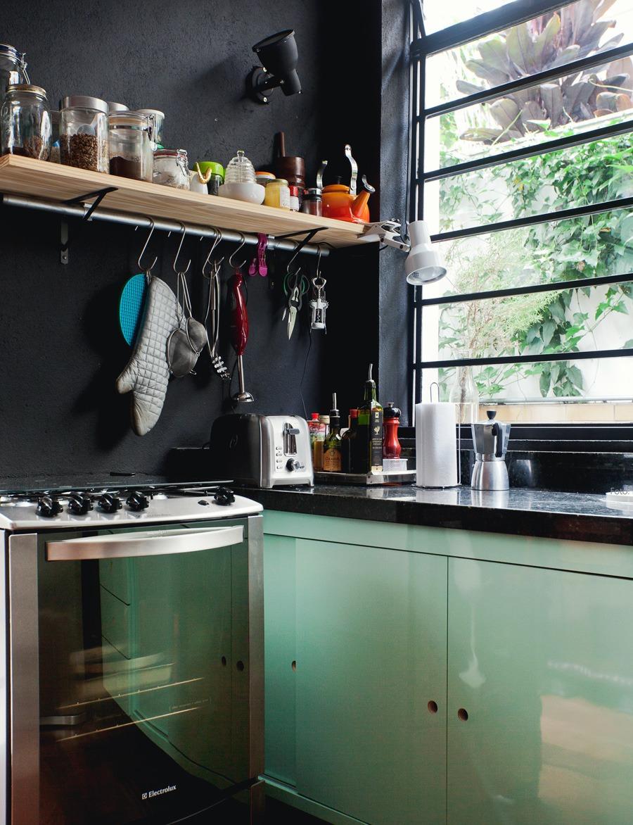21-decoracao-cozinha-preto-armario-colorido