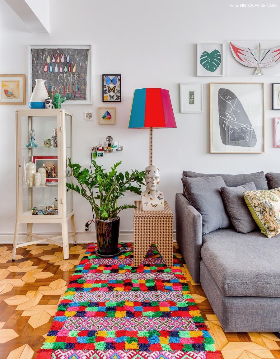 11-decoracao-sala-colorida-tapete-cores-enfeites