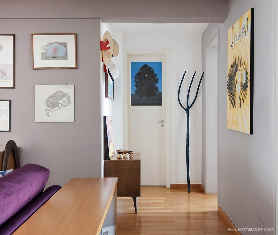 17-decoracao-corredor-quadros-parede-cinza