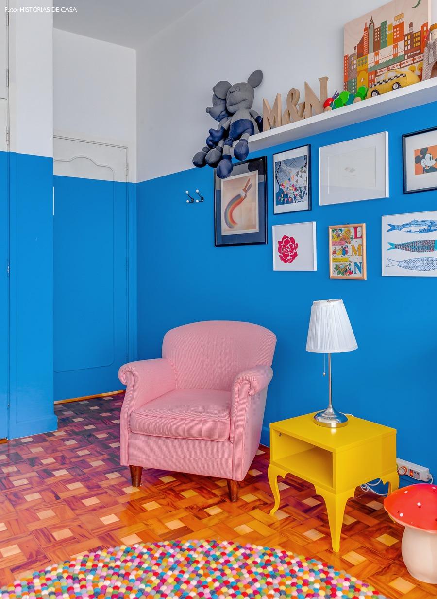 35-decoracao-quarto-bebe-pintura-azul-prateleira