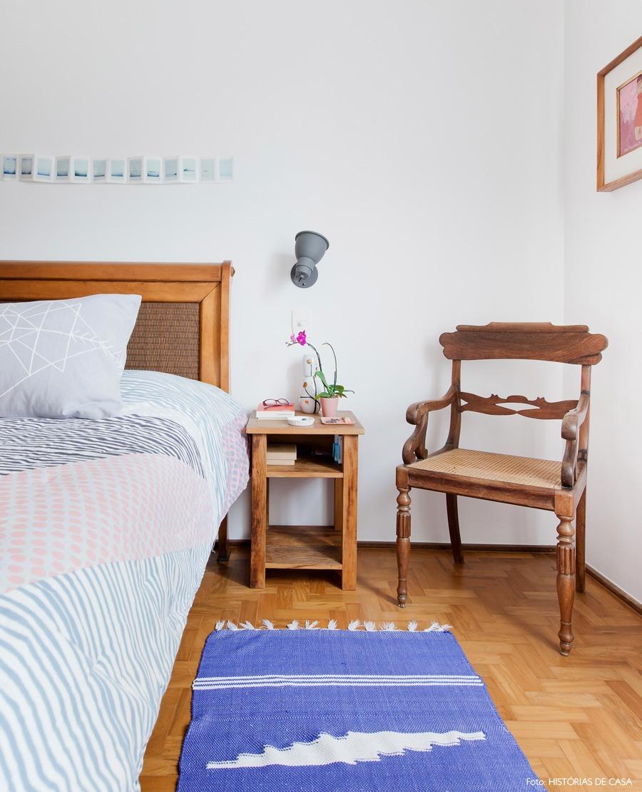 38-decoracao-quarto-tapete-azul-moveis-rusticos-madeira