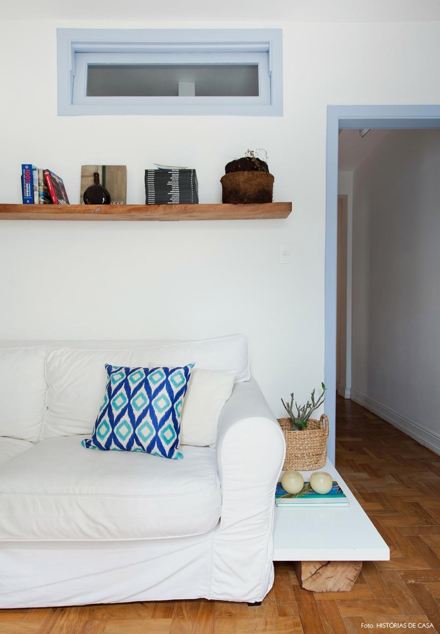 07-decoracao-sala-estar-pequena-sofa-capa-branca-azul