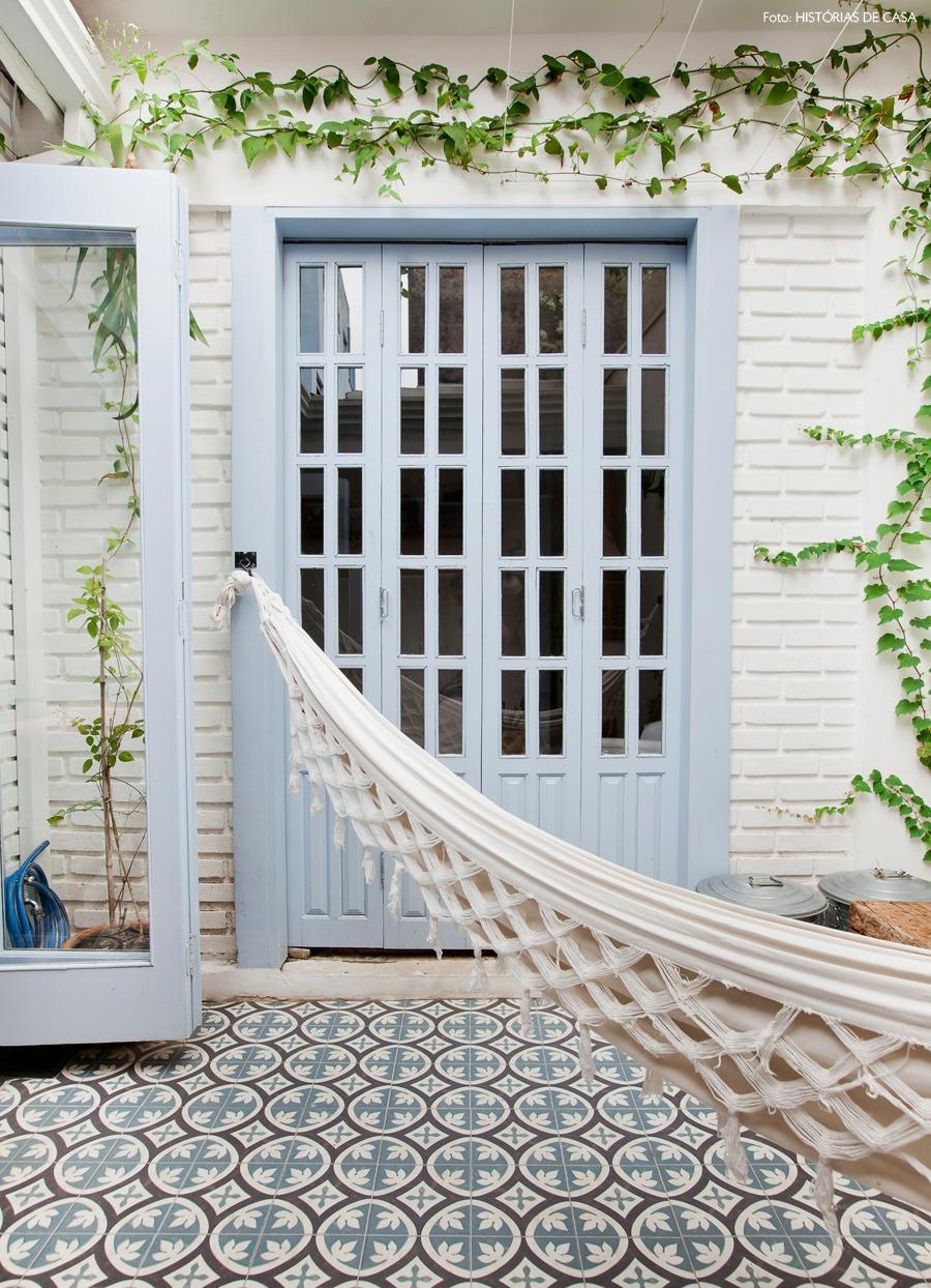 12-decoracao-terraco-plantas-trepadeira-portas-azuis