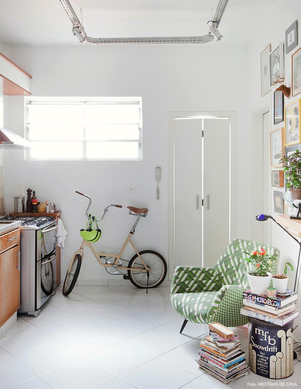 21-decoracao-cozinha-americana-madeira-plantas-bicicleta
