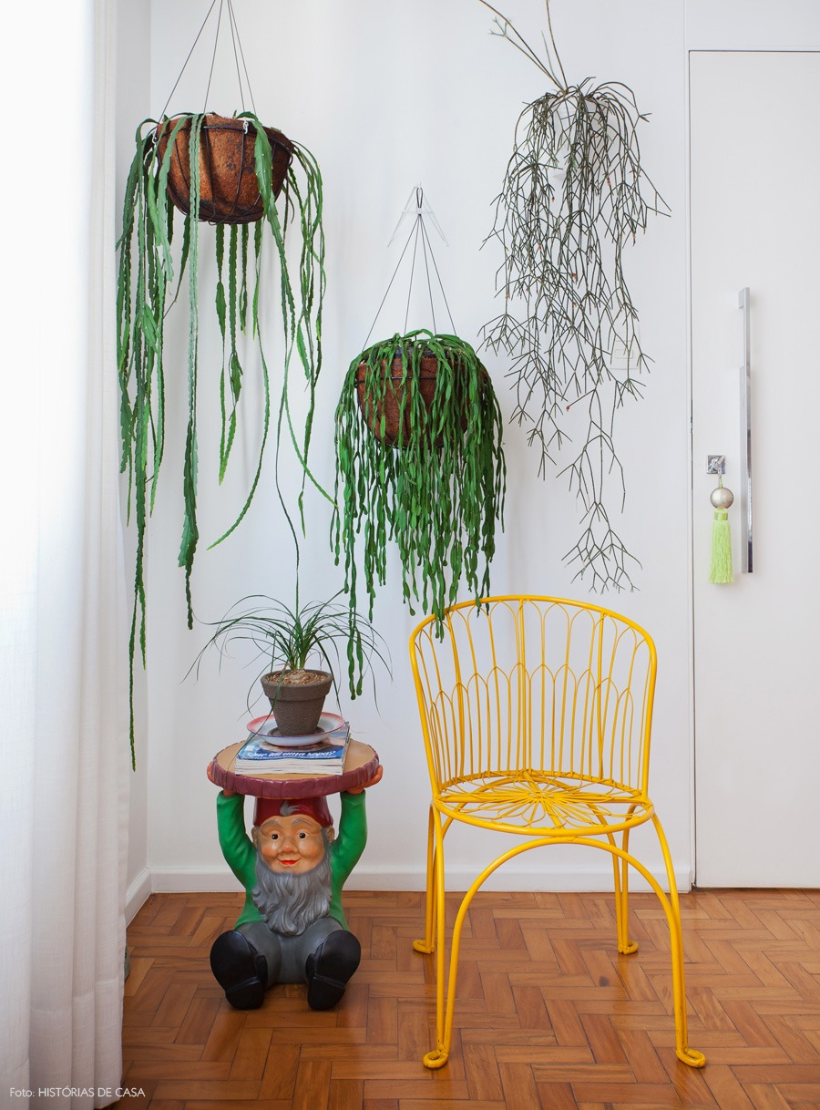 26-decoracao-sala-estar-entrada-plantas-cadeira-amarela