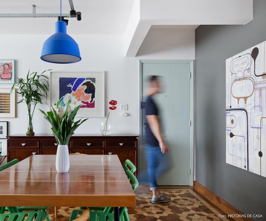 13-decoracao-sala-jantar-porta-pintada-pendente-colorido