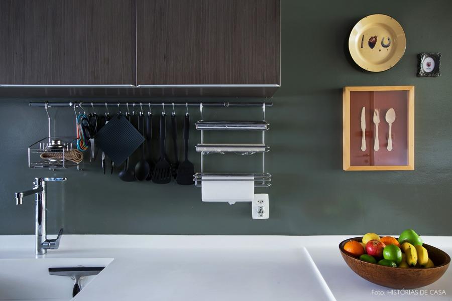 18-decoracao-cozinha-paredes-cinza-balcao-branco