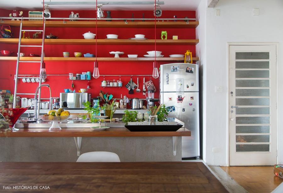 23-decoracao-cozinha-aberta-integrada-parede-vermelha-prateleiras