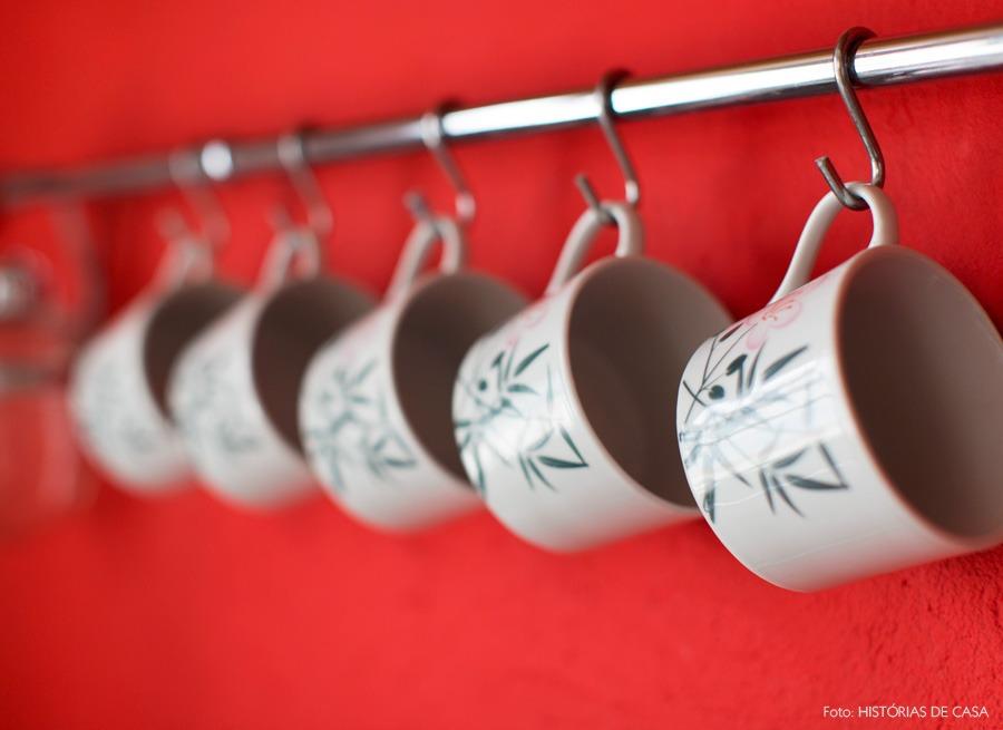 28-decoracao-cozinha-parede-vermelha-suporte-inox