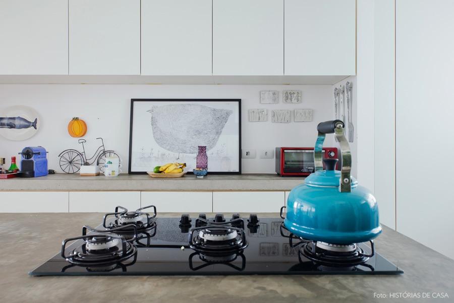 30-decoracao-cozinha-reforma-bancada-concreto-cooktop-branco