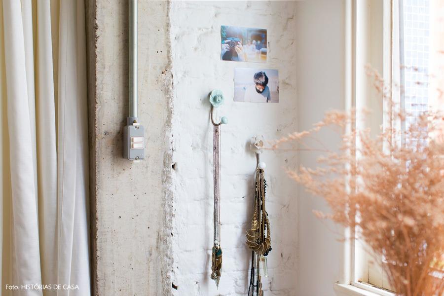 38-decoracao-quarto-penteadeira-ganchos-colares-tijolinho