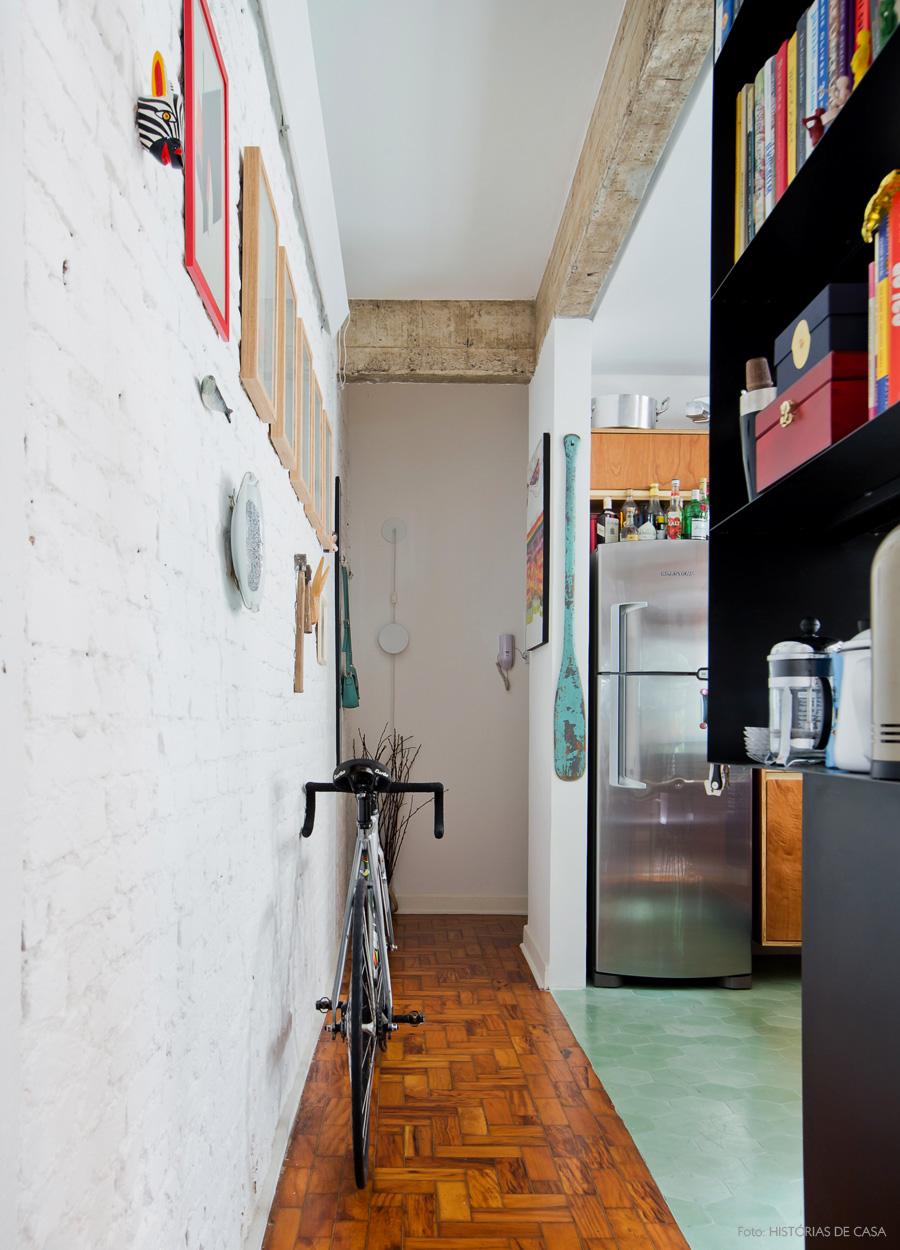 03-decoracao-corredor-parede-tijolinho-branco-bicicleta-apartamento