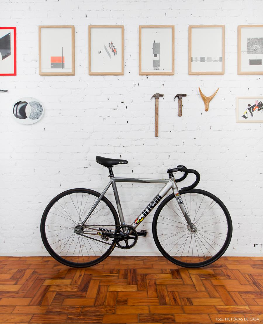 05-decoracao-parede-tijolinho-branco-bicicleta-apartamento-quadros