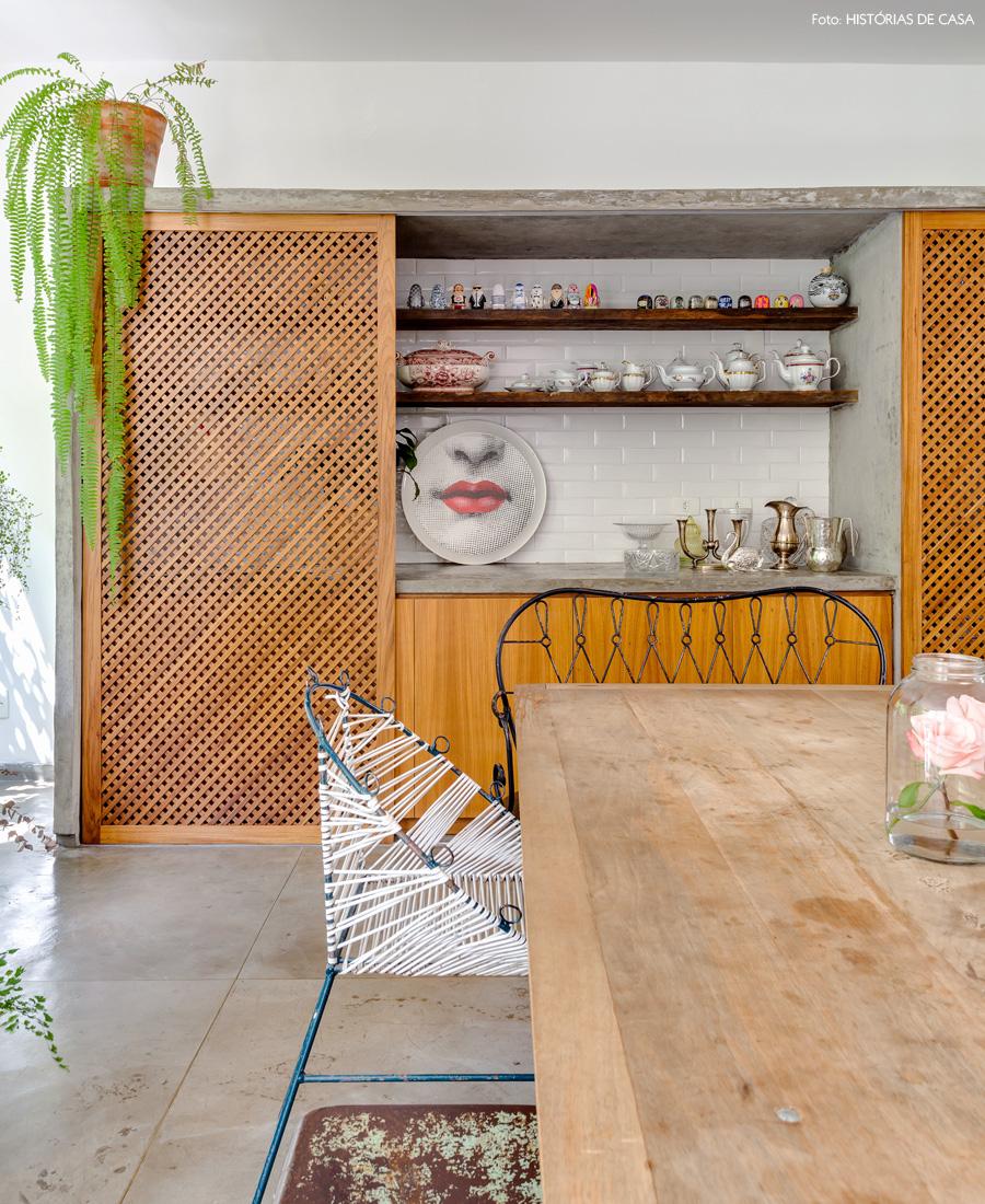 13-decoracao-sala-jantar-porta-correr-madeira-muxarabi-concreto