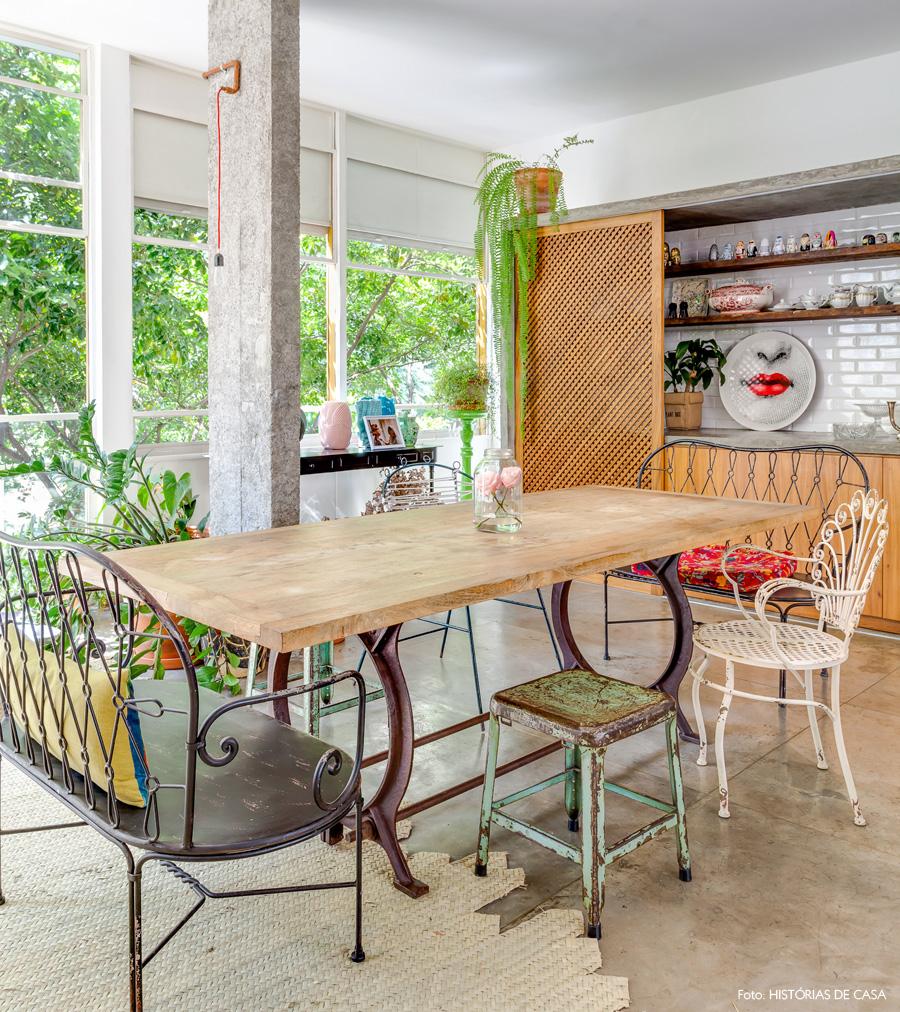 17-decoracao-sala-jantar-cadeiras-descombinadas-ferro-restauradas