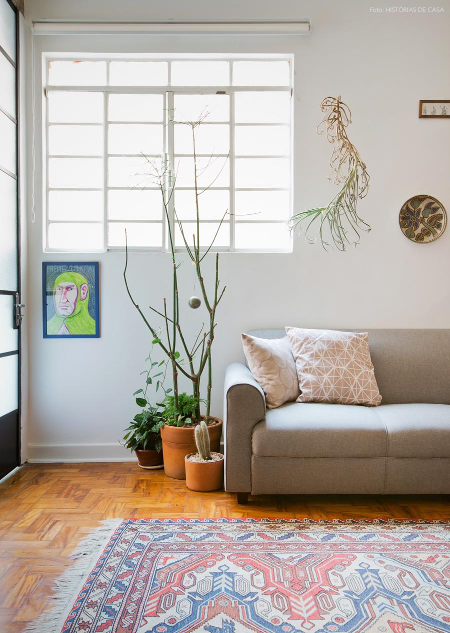 18-decoracao-sala-estar-sofa-cinza-vasos-cacto-cortina-rolo