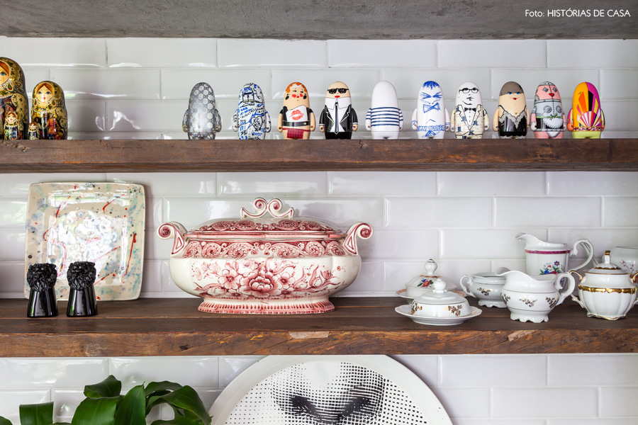 18-decoracao-sala-jantar-azulejo-metro-prateleiras-loucas-antigas