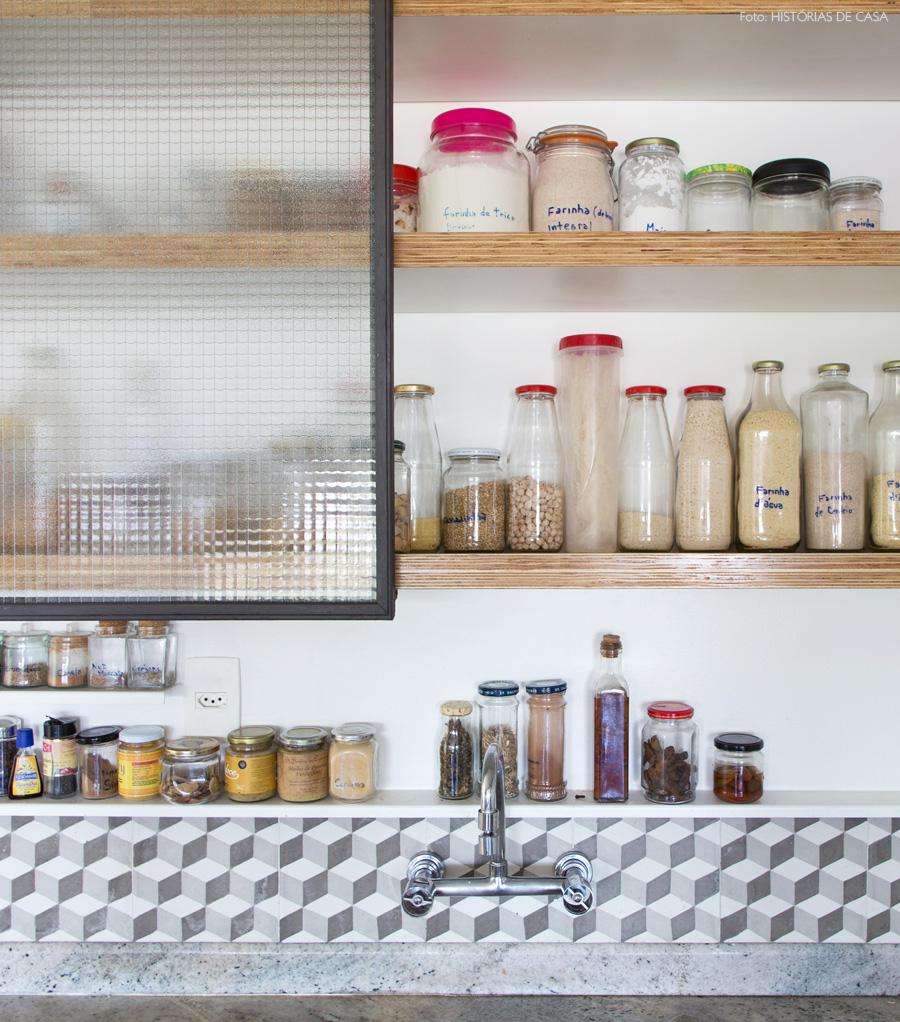 20-decoracao-cozinha-armarios-abertos-industrial-ladrilhos-hidraulicos-cinza