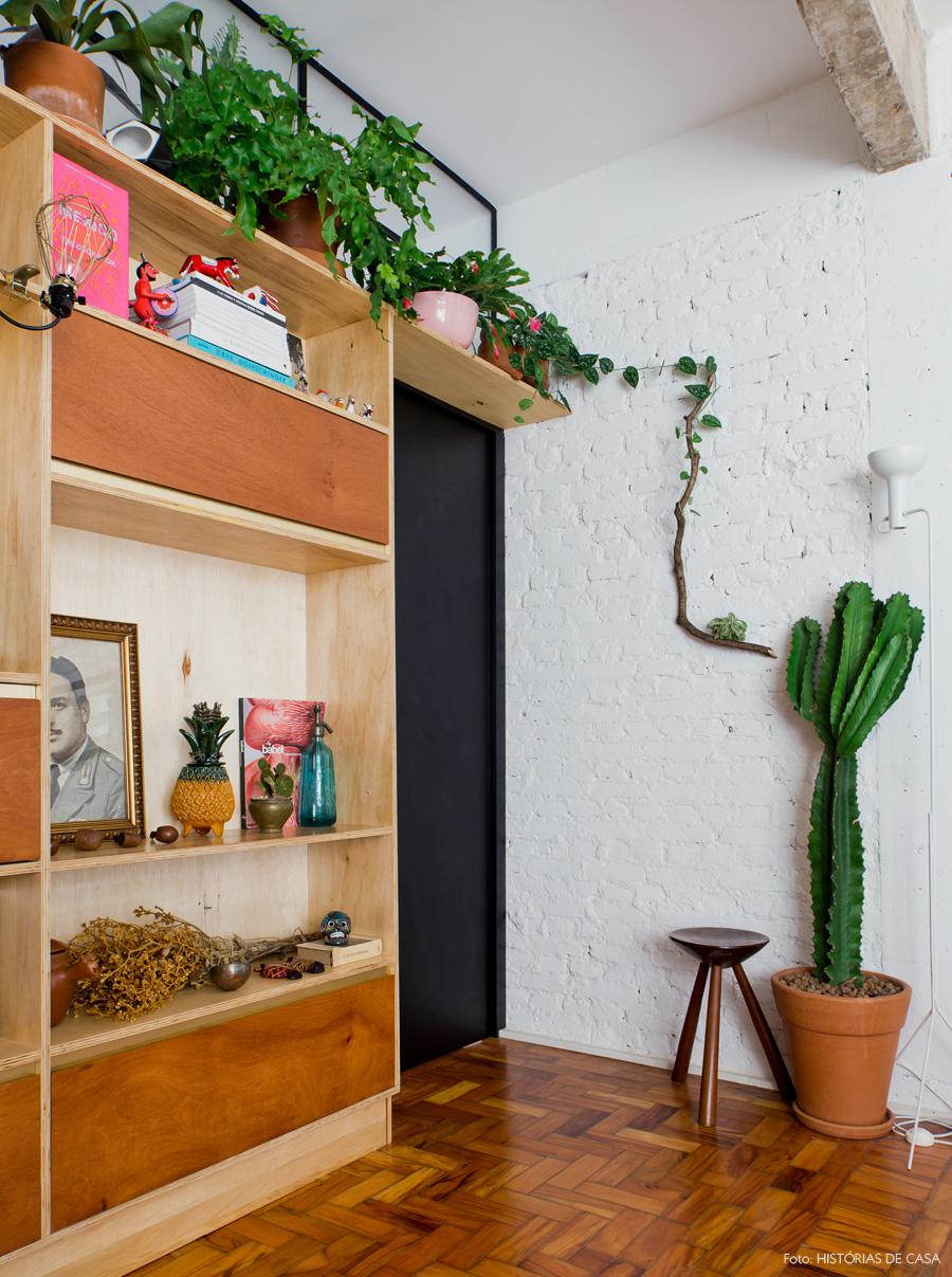 26-decoracao-sala-estar-estante-plantas-tijolinho-branco