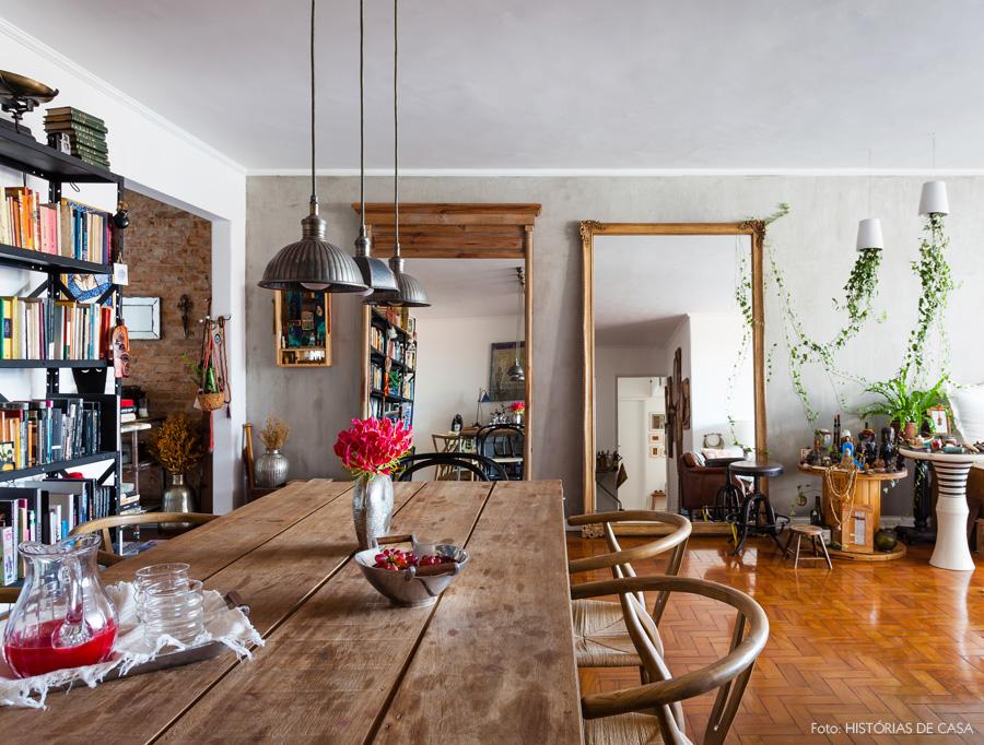 02-decoracao-sala-jantar-mesa-rustica-espelhos-piso-cimento-queimado