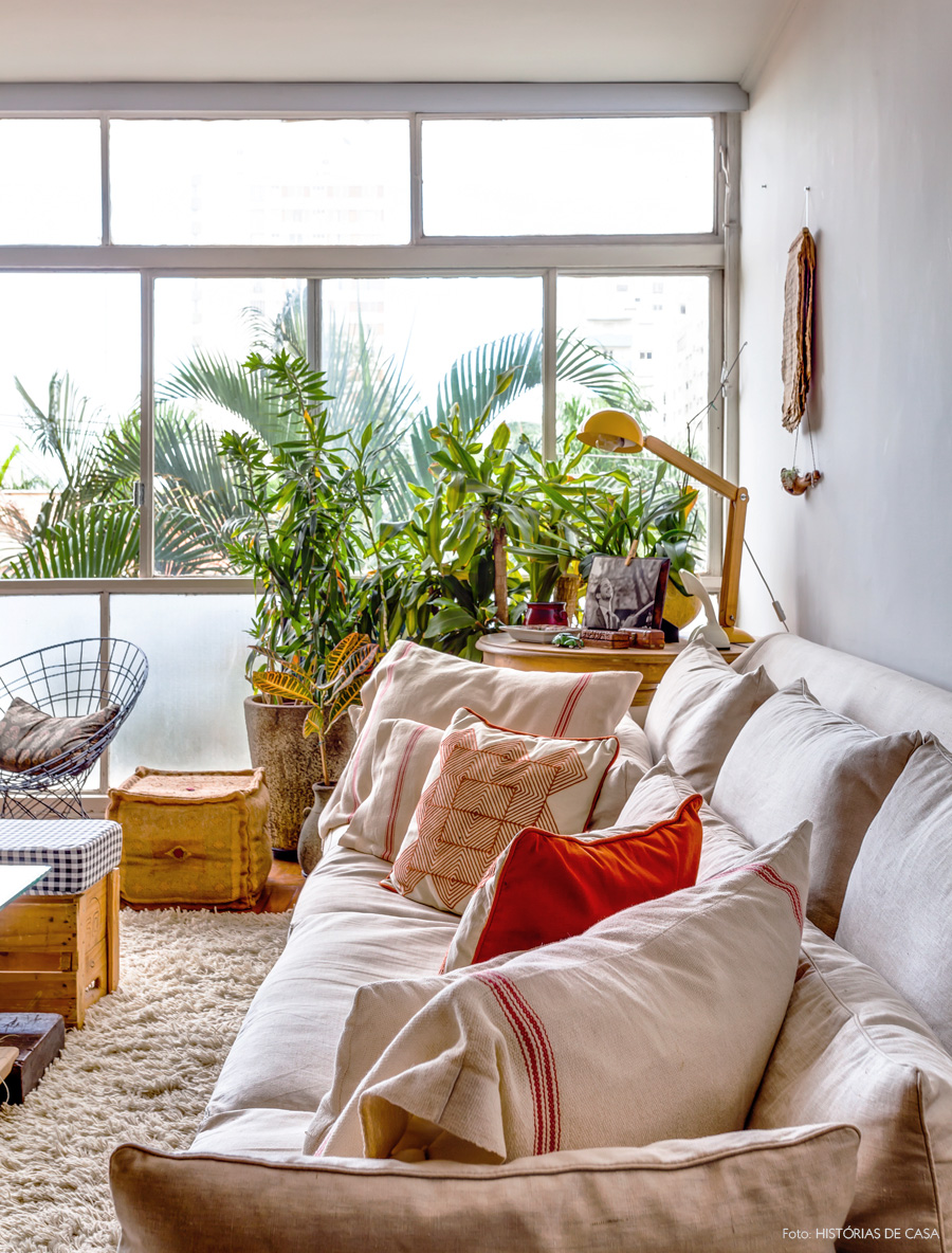 09-decoracao-sala-estar-tons-neutros-sofa-bege-plantas-apartamento