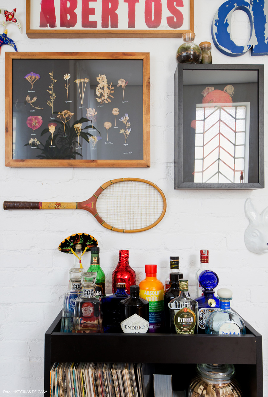 12-decoracao-parede-quadros-flores-secas-carrinho-bar-preto