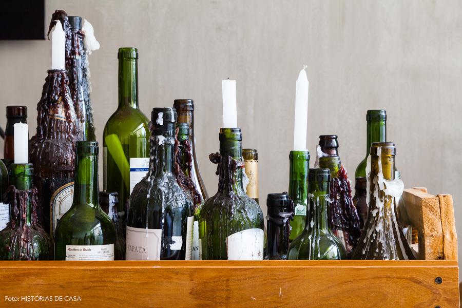 16-decoracao-sala-estar-arranjo-casticais-garrafas-vinho-reaproveitadas