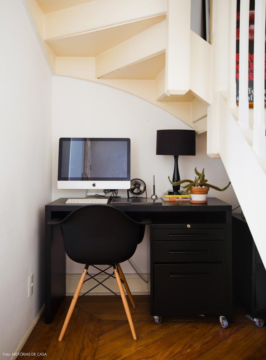 22-decoracao-home-office-encaixado-vao-escada-espaco