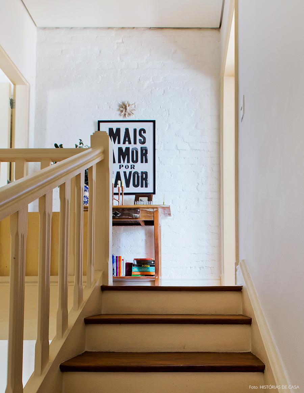 24-decoracao-escada-madeira-aparador-rustico-parede-de-tijolinho