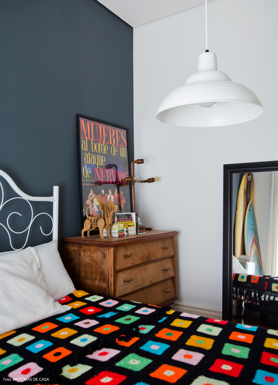 41-decoracao-quarto-parede-cinza-cama-ferro-comoda-vintage