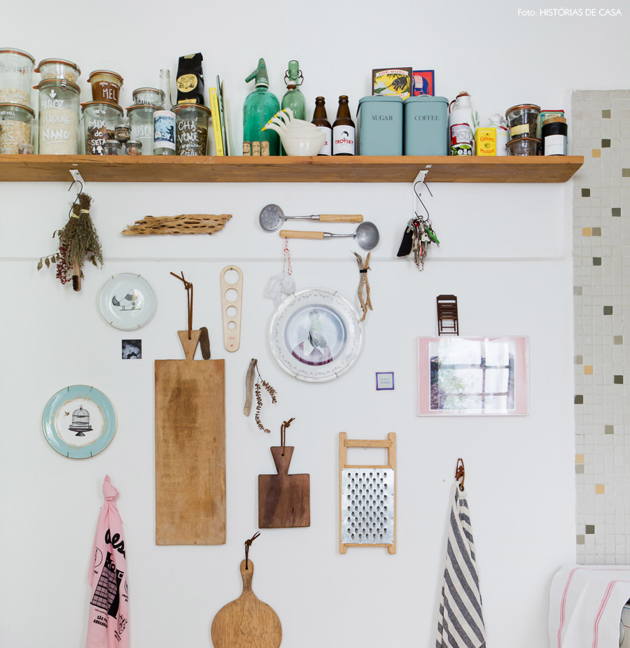 22-decoracao-cozinha-pequena-parede-enfeites-tabuas-corte