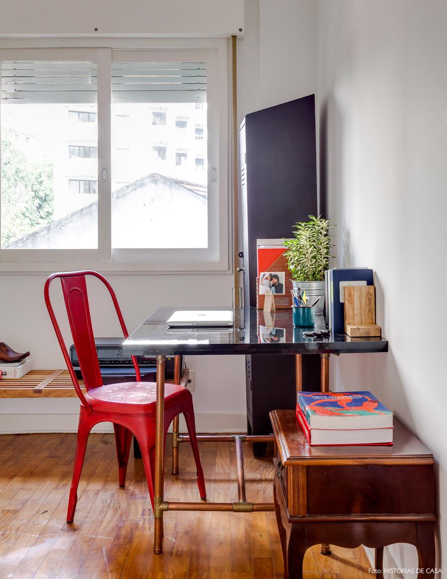 24-decoracao-home-office-cadeira-tolix-canos-cobre