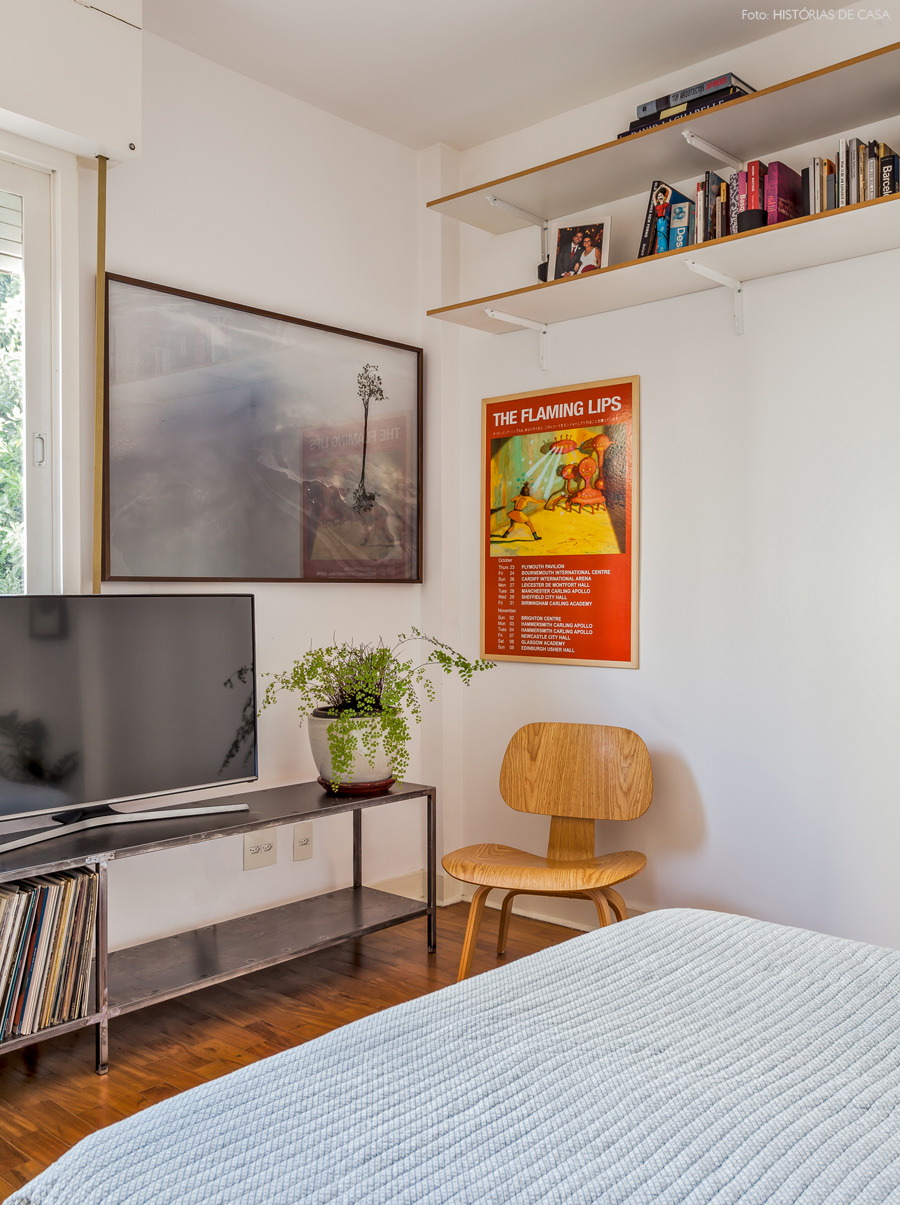 32-decoracao-quarto-rack-tv-ferro-prateleiras-altas
