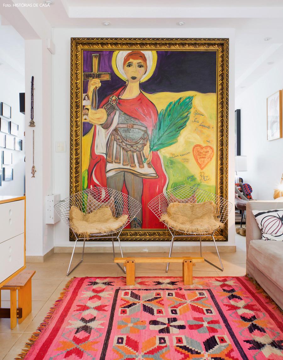 16-decoracao-sala-de-estar-tapete-etnico-rosa-quadro-gigante