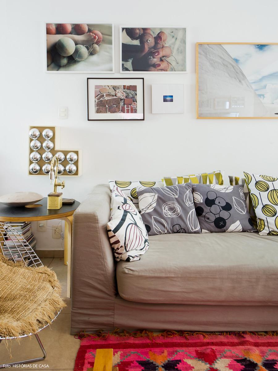 17-decoracao-sala-de-estar-almofadas-estampadas-parede-quadros