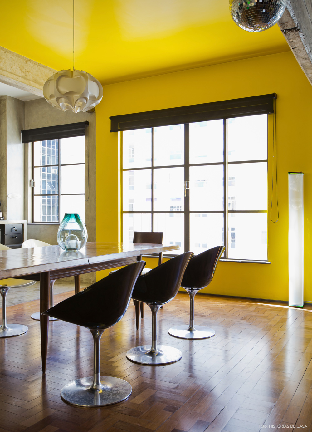 18-decoracao-sala-jantar-cimento-queimado-teto-amarelo
