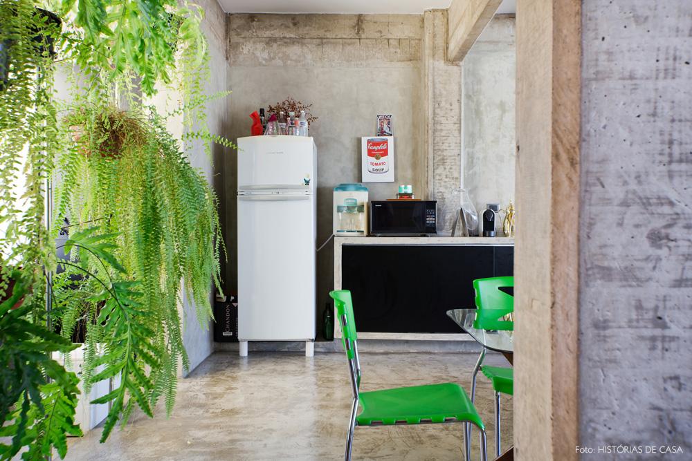 21-decoracao-cozinha-cimento-queimado-plantas-samambaias