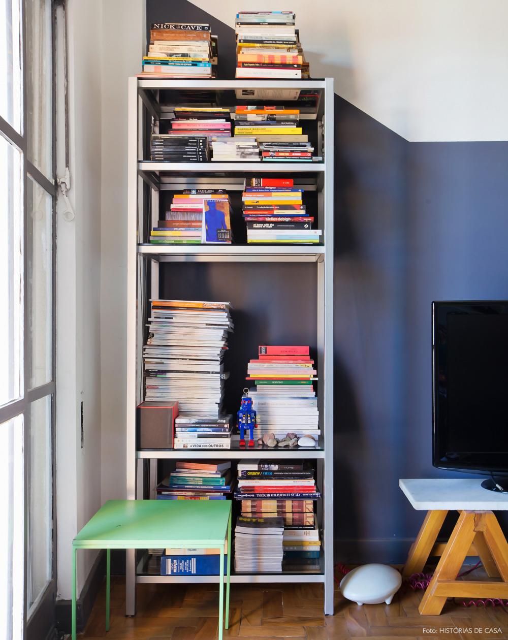 27-decoracao-estante-metalica-pintura-cinza-parede