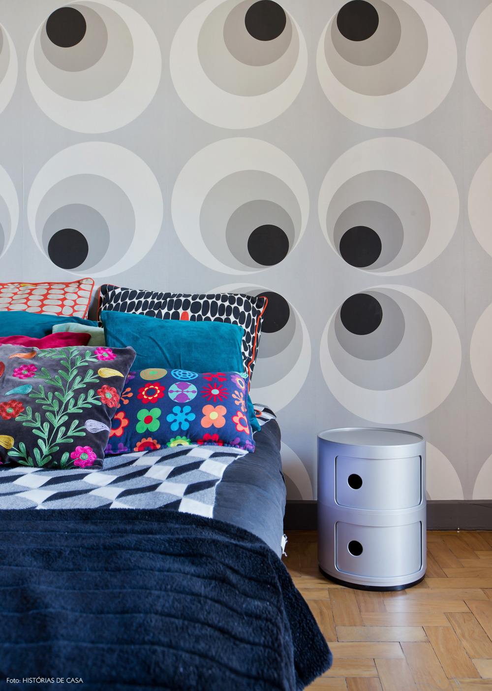 28-decoracao-cama-estampada-papel-parede-retro
