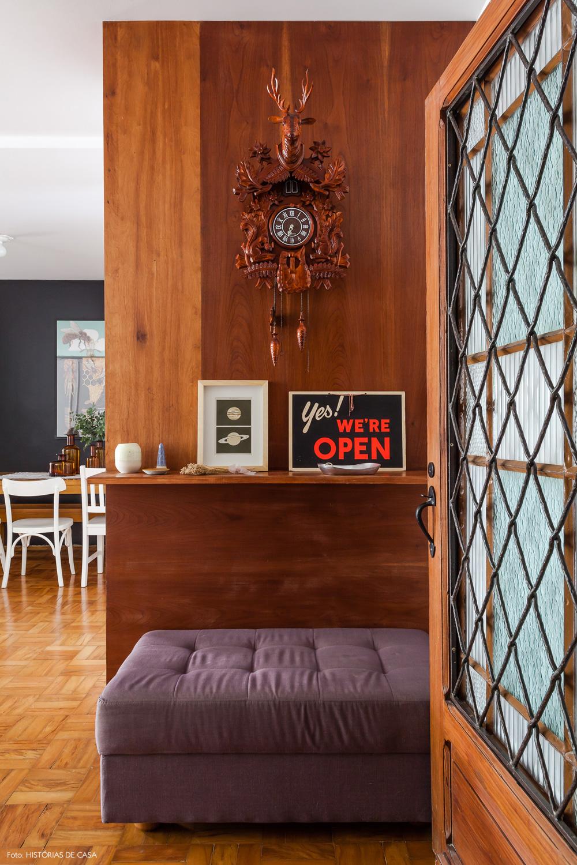 01-decoracao-hall-entrada-porta-antiga-painel-madeira