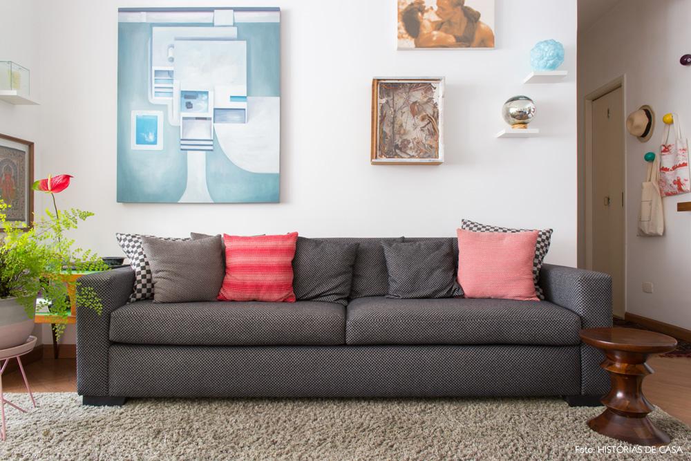 02-decoracao-apartamento-antigo-sofa-cinza-detalhes-vermelhos