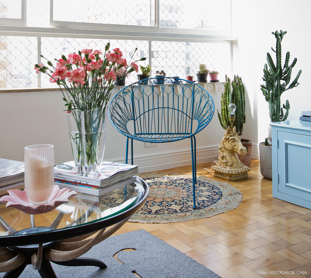 07-decoracao-poltrona-cadeira-de-jardim-na-sala-plantas